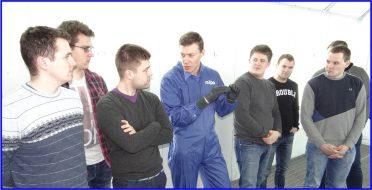 """Studentai susipažino su profesionalaus dažymo technologijomis  UAB """"HELVINA"""" vykusiame seminare"""